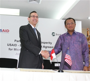 U.S. Ambassador for Indonesia Scot Marciel (left) and Bank Mulamalat President Director Arviyan Arifin shake hands at the signing ceremony.  Photo Credit: USAID/Indonesia