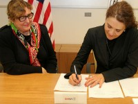 Gabi Zedlmayer, vice president of Hewlett-Packard's Office of Global Social Innovation, signs the memorandum of understanding with Maura O'Neill, chief innovation officer at USAID. Photo credit: USAID/CC BY-NC-SA