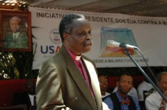 Bishop Dinis Sengulane addresses the crowd at Coca Missava village about the importance of net retreament and malaria prevention. Photo credit: Bita Rodrigues/USAID