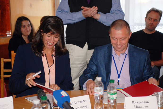 USAID Assistant Administrator for Europe and Eurasia Paige Alexander and Head of Dopomoha Dnipra Foundation Vladislav Makarov sign a Memorandum of Understanding by which USAID will provide funds to assist an additional 200 internally displaced persons
