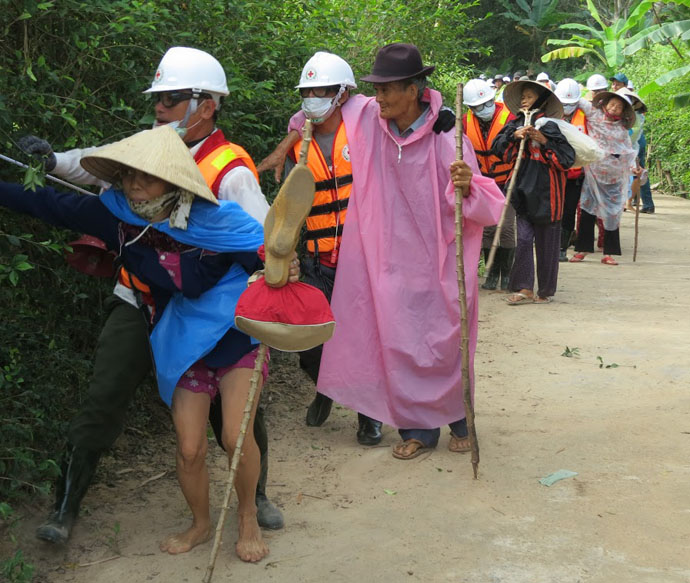 Vietnam Red Cross and local volunteers organize an evacuation of older community members during a flood simulation drill. / Brian Heidel, USAID