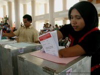 A voter casts her ballot in Aceh during the 2009 Indonesian legislative elections. / Suparta, IFES