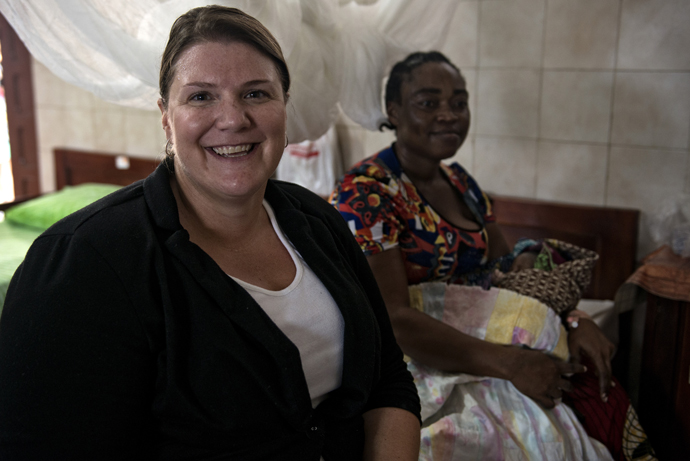Beth Gaddis, a health advisor for the USAID mission in Liberia, is providing routine health services at the Star of the Sea clinic in Monrovia, Liberia. / Neil Brandvold, USAID