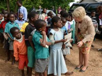 USAID Senior Advisor for International Education Christie Vilsack visits with primary grade students in Malawi. / Christie Vilsack, USAID
