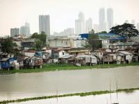 Shanties hug the water in Manila's slums. / United Nations University in Bonn
