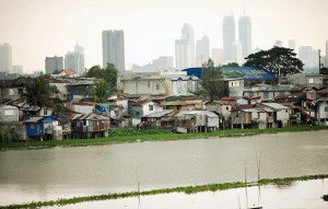 Shanties hug the water in Manila's slums. / United Nations University in Bonn