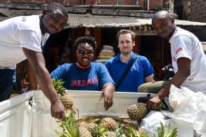 USAID and its partners deliver produce to quarantined homes. From left to right: Mandewa Momoh (Lifeline), Samantha Johnson (Medair), Nicholas Bishop (IOM), and Philemon Kamara (Lifeline) / Paloma Clohossey, USAID/OFDA