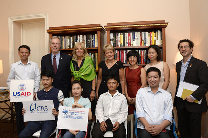 Dr. Jill Biden and USAID Senior International Education Advisor Christie Vilsack pose with students from Hanoi College of Information Technology in July 2015. / David Lienemann, Official White House Photographer