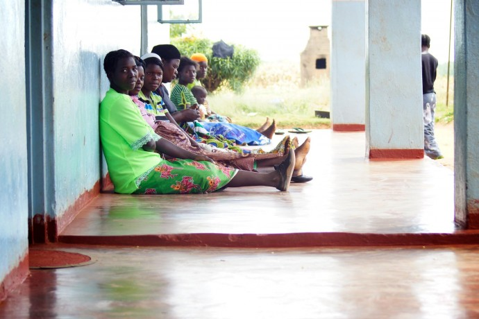 Women queue up for health services at the Chikomeni Rural Health Centre in eastern Zambia. / Anne Jennings, Rabin Martin.