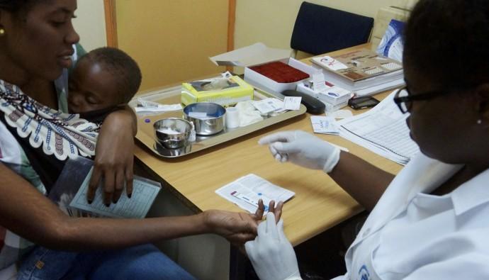 A health worker tests a child for HIV at Eduardo Mondlane Health Center in Chimoio, Manica, Mozambique. / Arturo Sanabria, courtesy of Photoshare
