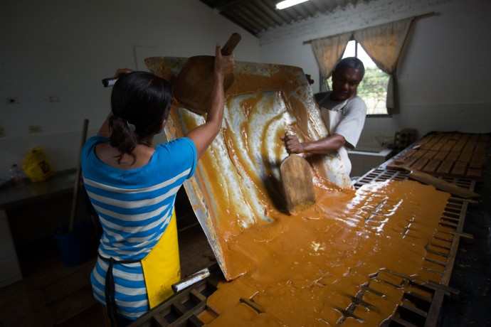 Colombians make panela, a form of sugar typical in Latin American countries and a source of income for many Afro-Colombian and indigenous groups. / David Osorio, ACDI/VOCA