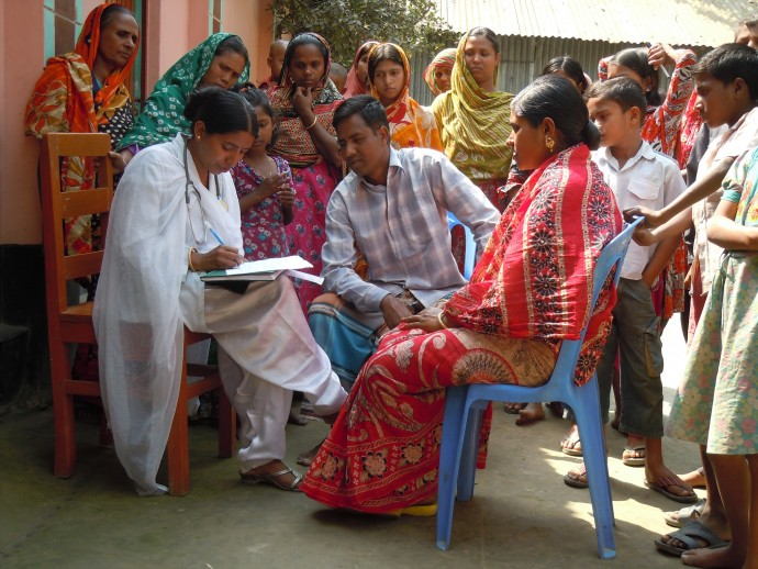 In Bangladesh, a BRAC community health worker enrolls an expecting couple in the MAMA program so that they will receive informational SMS or Voice Messages during pregnancy and for the first year of life. / Cassandra Mickish, CCP/Courtesy of Photoshare