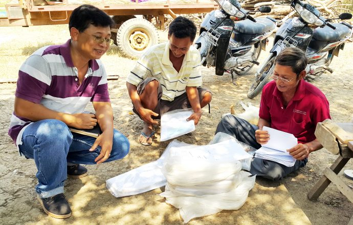 An investigation the land rights cases in Boeng Pram commune, Bavel District, Battambang Province in 2015 (Latt Ky on the left). /ADHOC